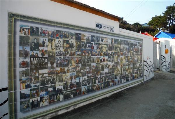 연홍도 주민들의 소중한 추억을 담은 타일 벽화, '연홍사진박물관.'