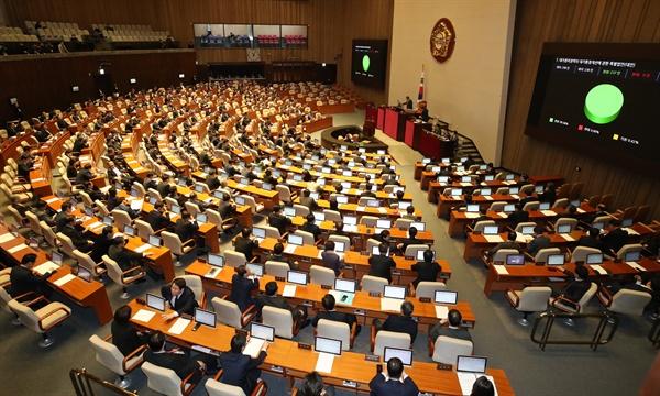 13일 열린 국회 본회의에서 미세먼지 저감 및 관리에 관한 특별법 일부개정법률안이 의결되고 있다.