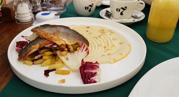 농어구이 요리. 생선 비린내가 전혀 나지 않는 농어는 맛이 담백하다.