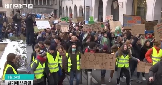 그레타 툰베리의 '기후를 위한 등교거부'를 계기로 각국 청소년들의 기후행동이 이어졌다. 사진은 벨기에 브뤼셀의 고교생들이 지난 1월 기후변화 대책을 촉구하며 행진하는 모습.