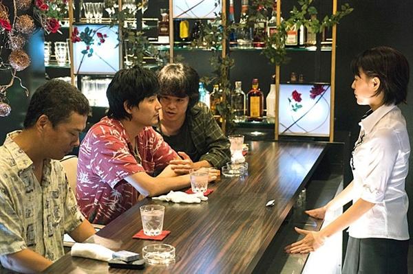 도쿄의 밤하늘은 항상 가장 짙은 블루 미카(이시바시 시즈카 분)가 일하는 술집에 찾아온 공사장 인부들.