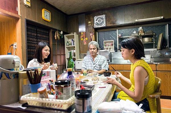 도쿄의 밤하늘은 항상 가장 짙은 블루 미카는 고향에 사는 아버지의 생활비와 동생의 학비를 혼자 감당하는 중이다.