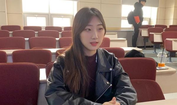 """""""성범죄 일상화된 한국 사회 두렵다"""" 3월 14일, 박혜정 씨가 대학 강의실에서 인터뷰에 응하고 있다. 박 씨는 """"성범죄가 일상처럼 일어나는 한국 사회가 두렵다""""면서 이제라도 반복적인 성범죄를 근절하기 위해 진짜 문제를 꼬집어야 한다고 말했다."""