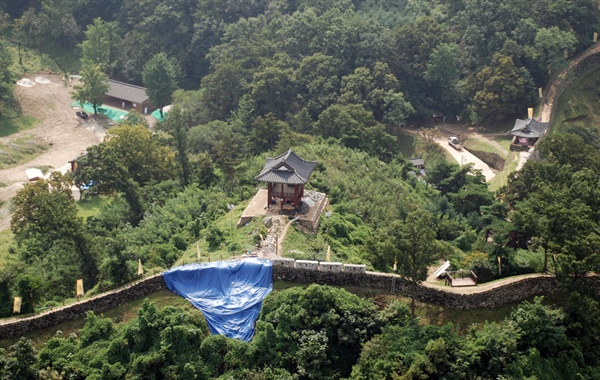 공산성 앞 강바닥의 모래를 준설하면서 2013년 유네스코 세계문화유산 사적 제12호 공산성 성곽이 뒤틀리고 높이 2.5m 길이 9m, 10톤 정도의 성곽 사석이 무너져 내렸다.