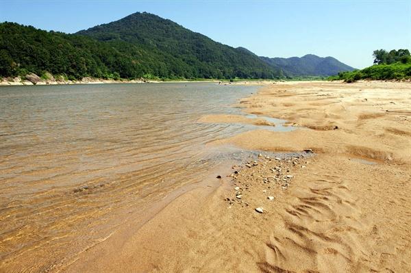 금강에 살아가는 사람들은 뛰어 놀고 멱 감던 금강을 가슴에 품고 살아간다. 2008년 공주보 상류 모래톱의 모습이다.