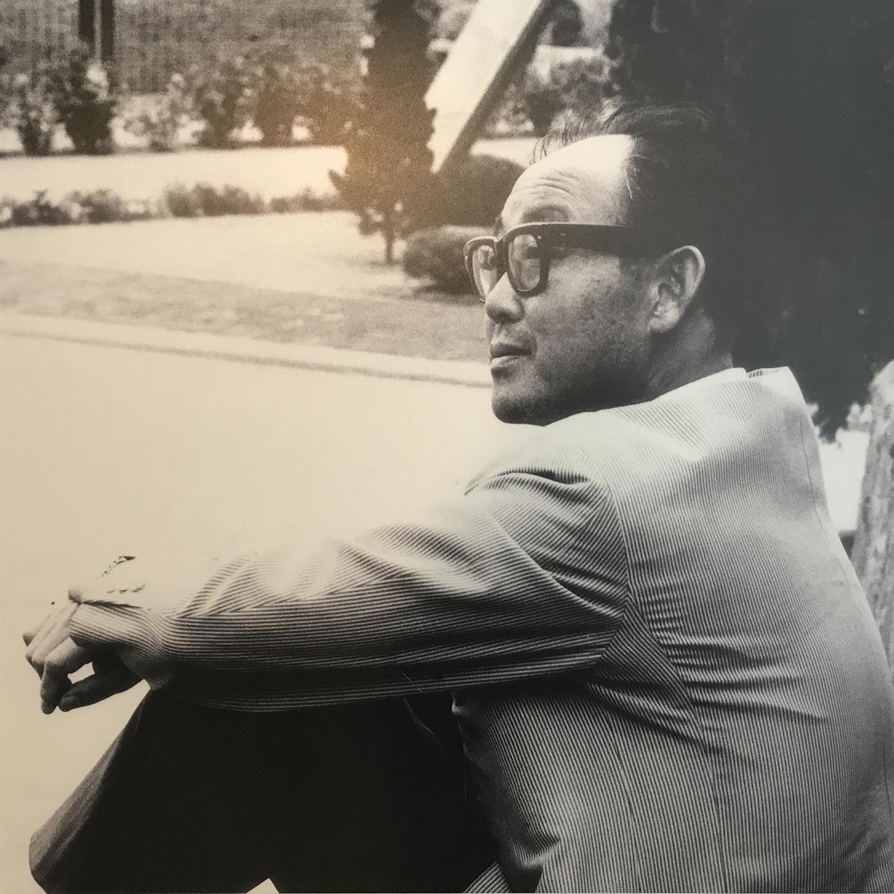 소신있는 건축가이자 지식인 김중업 평양 출신인 그는 '고향'을 떠나 남한에 정착하지만 '고국'으로부터 추방 당한다. 김중업은 이런 자신의 신세를 '유민'(流民)이라고 말한 적 있다. 반골과 야인의 삶을 살지만 그는 건축가와 지식인으로서 자신의 소신을 굽히지 않고 군사정권의 개발 정책을 비판했다. 김중업건축박물관에서 재촬영한 사진.