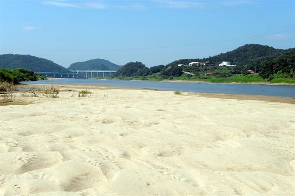 갈수기에 물이 줄어들고 홍수기에 물이 가득 차는 곳이 강이다. 4대강 사업 전 공주보 모습.