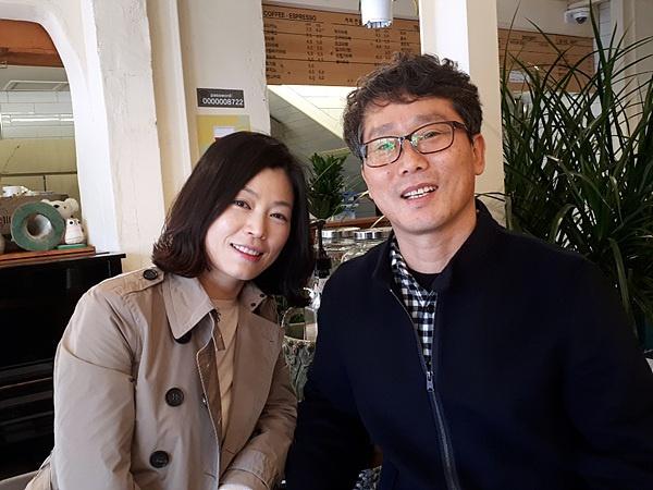 보성에서 중학교 다니는 딸 정서에게 3년 동안 쓴 손편지를 모아 책으로 펴낸 이선우(오른쪽) 씨와 부인 박미진씨 모습. 부부는 순천에 산다