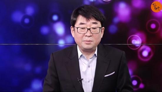 신혜식씨가 2월 6일 <신의 한 수>에서 '긴급상황, 박근혜 대통령 위독, CCTV로 24시간 감시'란 가짜뉴스를 방송하고 있다.