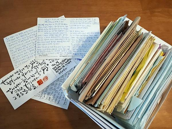 """정서 아빠 이선우씨가 외지에서 유학 중인 딸에게 3년 동안 보낸 편지로 150여 통이나 된다.   엄마가 딸이 한 말을 전해준  얘기에 의하면 """"지금껏 살면서 아빠의 편지가 최고의 선물""""이라고 전해줬다"""