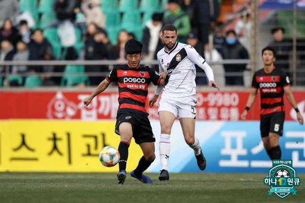 2019년 3월 17일 오후 4시 포항스틸야드에서 열린 K리그1 포항 스틸러스와 경남 FC의 경기. 포항 이수빈(왼쪽)이 경남 FC의 룩 카스타이노스(오른쪽)를 상대로 볼을 경합하고 있다.
