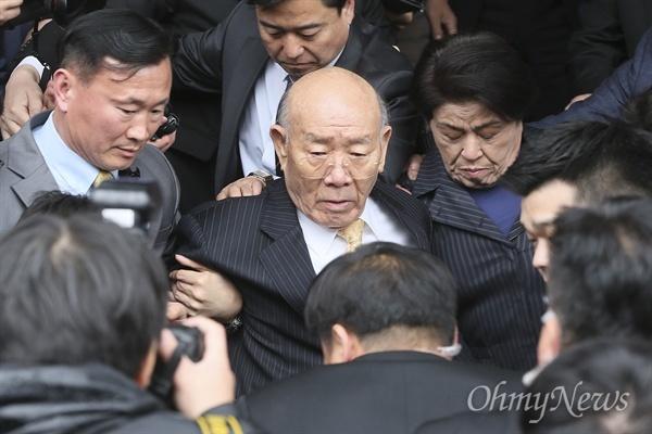 전두환씨가 11일 오후 광주지법에서 열린 5.18민주화운동 관련 고 조비오 신부에 대한 사자명예훼손 혐의 재판에 참석한 뒤 시민들의 거센 항의를 받으며 법원을 떠나고 있다.