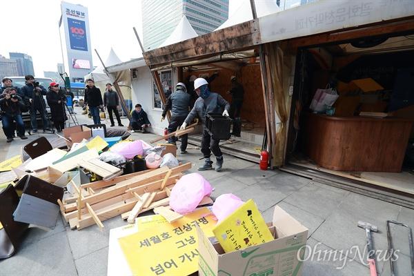 '기억하라 0416' 세월호 광장 시설물 철거 18일 오전 서울 광화문광장에 설치된 세월호참사 희생자 추모와 진상규명 활동을 위한 시설물(2014년 7월 설치)들이 자진철거 되고 있다. 철거 후 합동분향소 자리에는 '기억, 안전 전시공간'이 마련되어 오는 4월 12일 시민들에게 공개될 예정이다.