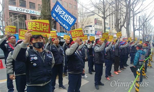 회사 매각에 반발하고 있는 금속노조 대우조선지회가 18일 오후 대주주인 산업은행(산은) 부산영남본부 앞에서 산은과 이동걸 산은 회장을 규탄하는 집회를 열고 있다.