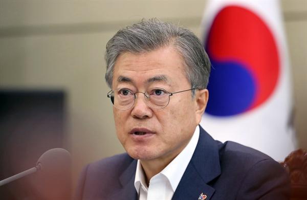 문재인 대통령이 18일 오후 청와대에서 박상기 법무장관과 김부겸 행정안전부 장관으로부터 '장자연·김학의·버닝썬 사건' 관련 보고를 받고 지시 사항을 전달하고 있다.