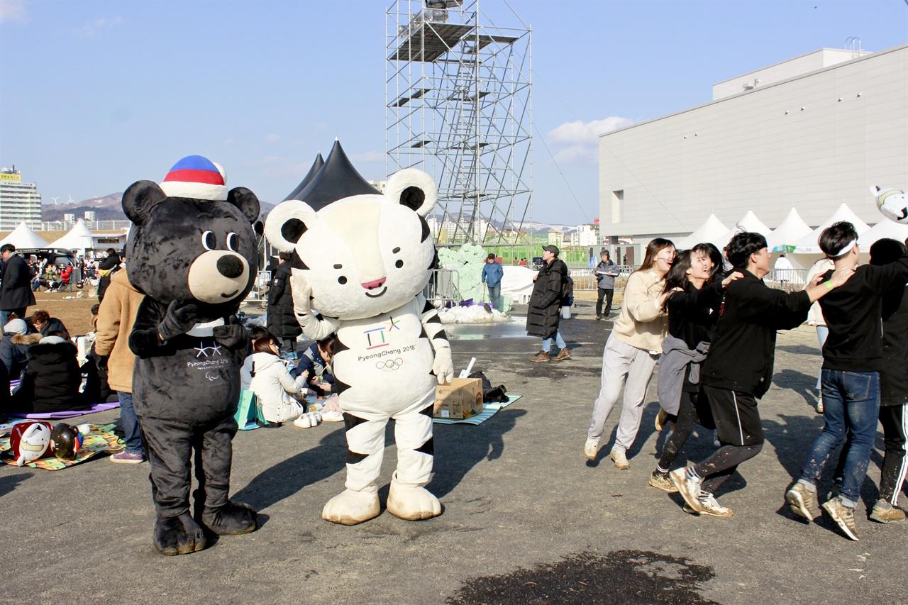 낄까, 말까? <평창의 봄 PEACE ROCK FESTA> 현장에서 마스코트 수호랑과 반다비가 기차놀이하는 참가자들 옆에서 고민하는 포즈를 취하고 있다.