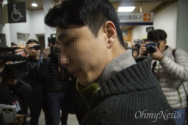 마약류 투약·유통 혐의를 받는 클럽 버닝썬의 이문호 대표가 19일 서초동 서울중앙지법에서 영장실질심사를 받기 위해 출석하고 있다