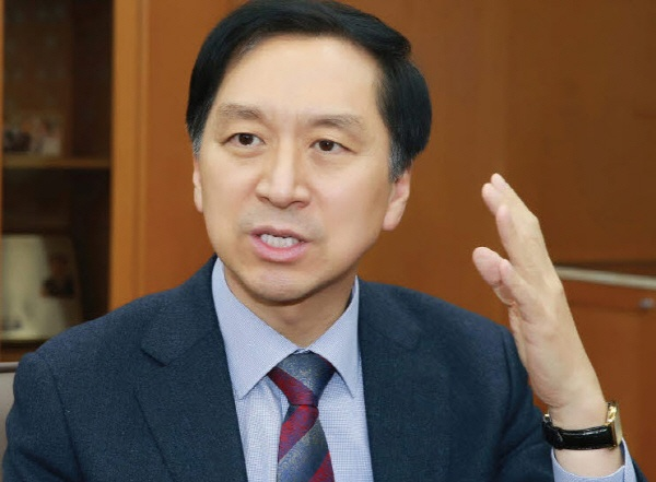 김기현 전 울산시장이 황운하 대전경찰청장(전 울산경찰청장)이 지난해 6·13 지방선거 때 수사를 빙자한 노골적인 관권선거를 했다며 처벌과 파면을 촉구하고 나섰다