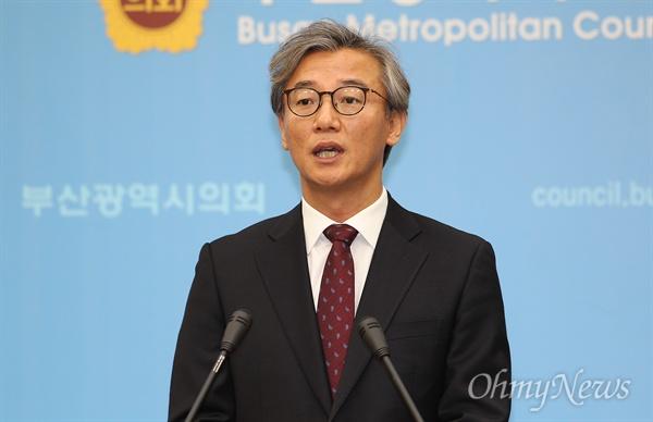 전재수 더불어민주당 부산시당 위원장이 19일 오전 부산시의회 브리핑룸에서 동남권 관문공항과 관련한 한국당의 입장 표명과 공개 토론을 요구하는 기자회견을 열고 있다.