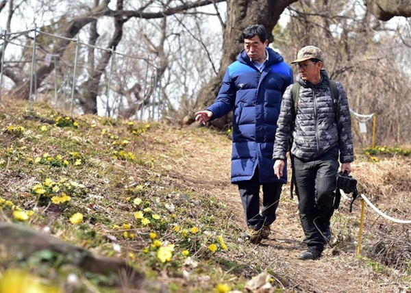 풍도 산길을 걷고 있는 윤화섭 안산시장(왼쪽)