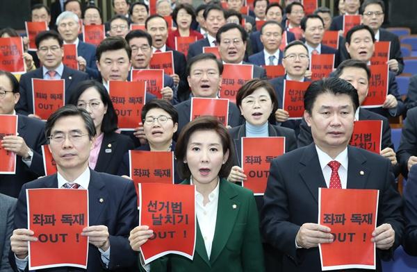 구호 외치는 나경원 원내대표 자유한국당 나경원 원내대표가 19일 국회에서 열린 의원총회에서 참석자들과 구호를 외치고 있다.
