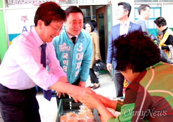 유승민 전 바른미래당 대표가 3월 19일 오후 창원 상남시장을 찾아 이재환 후보 지원 활동을 벌이고 있다.