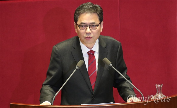 곽상도 자유한국당 의원이 19일 오후 서울 여의도 국회에서 열린 정치 분야 대정부질문에서 문재인 대통령 딸 가족의 해외이주에 대해 박상기 법무부 장관에게 질문하고 있다.