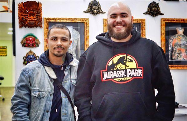 리스본 중심가 골목 문신가게 Famila Amorim Tatoo 의 타투이스트 레난 케사르 알베스 Renan Cesar Alves 씨(오른쪽)와 그의 동료 나이송 씨