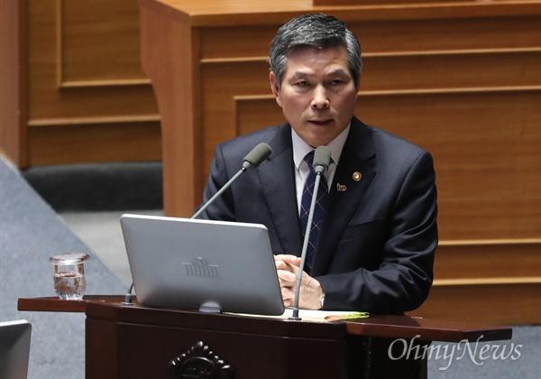 정경두 국방부 장관이 20일 국회 본회의장에서 열린 대정부질문에 출석해 답변하고 있다.