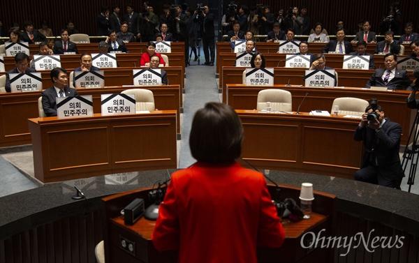 자유한국당 나경원 원내대표와 의원들이 20일 오전 국회에서 예결위회의장 긴급의총을 열고 패스트트랙 강행 반대 피케팅을 하고 있다.