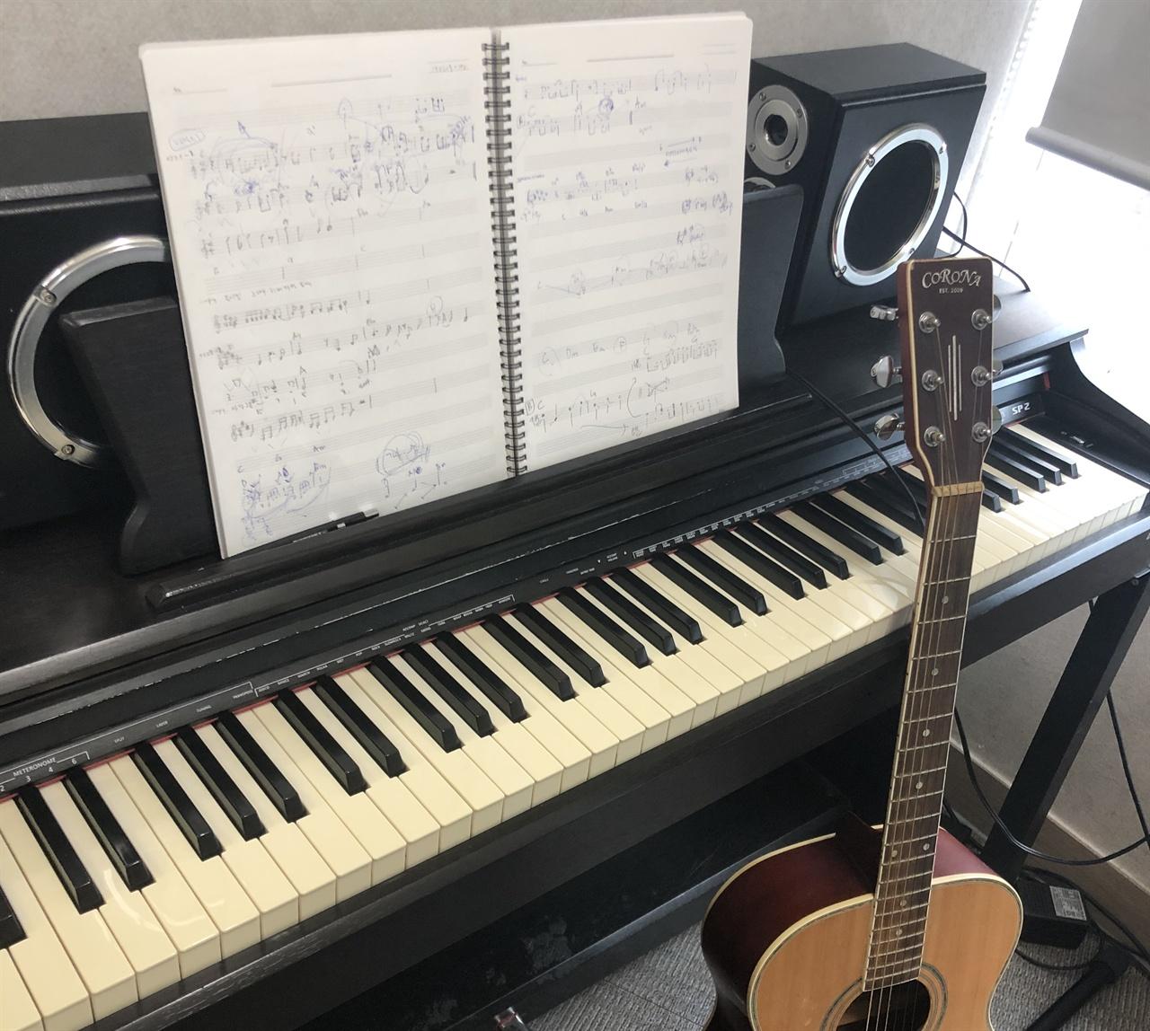 작곡 레슨 전 연습실 연습실에서 작곡 숙제와 악보 그리는 연습을 한다.