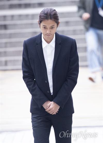 가수 정준영이 21일 오전 서울 서초구 서울중앙지방법원에 영장실질심사를 받기 위해 출석하고 있다.