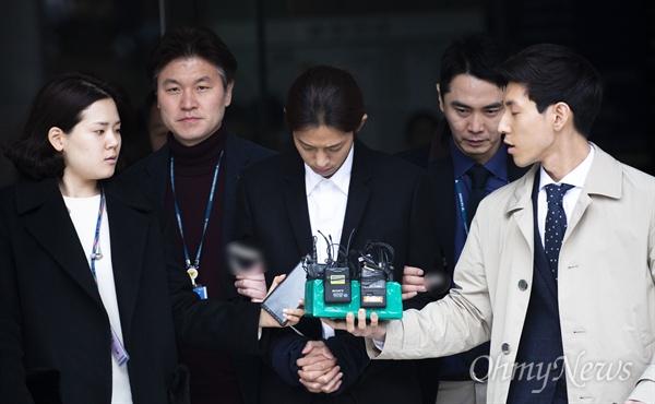 성관계 동영상을 몰래 촬영-유통한 혐의를 받고 있는 가수 정준영씨가 21일 오전 영장실질심사를 받기 위해 서울중앙지법에 영창실질심사를 마치고 포승줄에 묶여 유치장으로 향하고 있다.