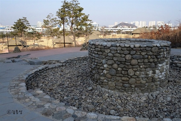 복원해 놓은 마을 우물터.
