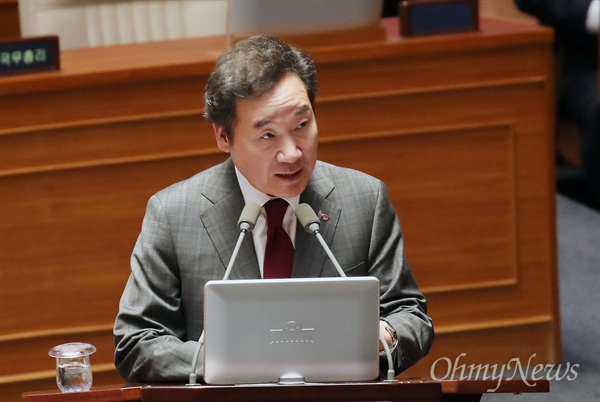 이낙연 국무총리가 21일 오후 서울 여의도 국회에서 열린 경제 분야 대정부질문에서 의원들의 질문에 답변하고 있다.
