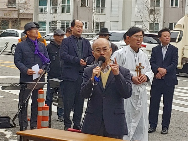 열린교회 정한수 목사가 목사가 목사를 규탄하는 것이 맘 아프다며 고만호 목사의 사죄를 촉구하고 있다