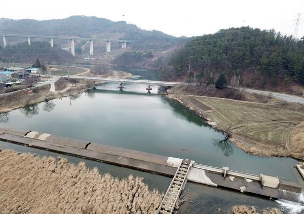 공주시 우성면의 농업용수로 사용하는 유구천 통천포의 물은 가득차서 흘러내리고 있다.