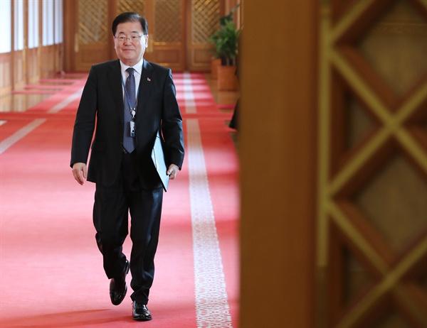 국무회의 입장하는 정의용 안보실장 정의용 국가안보실장이 19일 오전 청와대에서 열린 국무회의에 입장하고 있다.