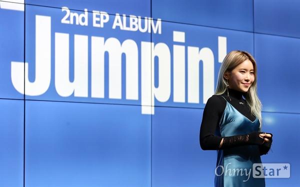 수란, 독보적 음색 여신 가수 수란이 22일 오후 서울 강남구의 한 공연장에서 열린 미니2집 < Jumpin' > 발매 기념 음감회에서 포토타임을 갖고 있다. < Jumpin' >은 수란이 전곡의 작사와 작곡에 참여하며 1년 9개월만에 발표하는 새 앨범으로 '의식의 흐름(feat. 윤미래), 'Moonlight', '전화끊지마(feat. pH-1), '그놈의 별(feat. Heize)', '어젯밤 꿈에', 'Jumping' 등 총 6개의 트랙이 담겨있다.