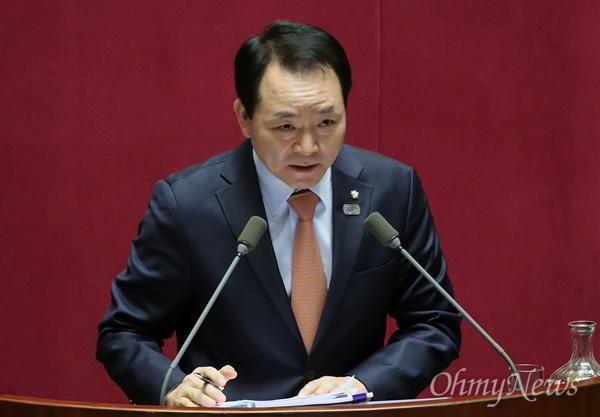 성일종 자유한국당 의원이 22일 오후 서울 여의도 국회에서 열린 교육·사회·문화 분야 대정부질문에서 미세먼지 문제에 대해 조명래 환경부 장관에게 질문하고 있다.