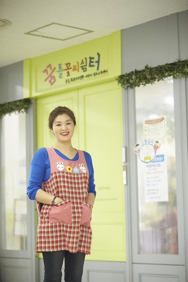 서울대학교 어린이병원 꿈틀꽃씨쉼터 앞에 선 백명희 배우