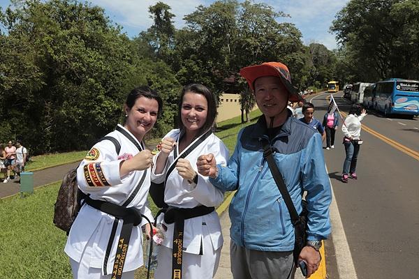 이구아수폭포를 구경하고 나오는 길에 태권도복을 입은 여성들을 만났다. '송암'이라는 한글이 선명하게 적혀있었다.