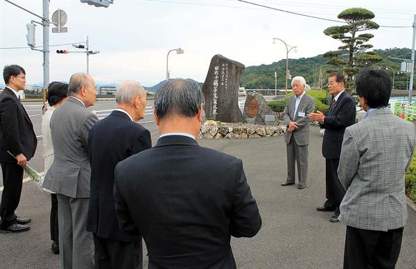 일본 고치현의 일본인들이 지난해 11월 1일 고치 시내에 있는 '한국 고아의 어머니' 윤학자(다우치 치즈코) 여사 추모비 앞에서 헌화하고 그의 업적에 대해 이야기하고 있다.