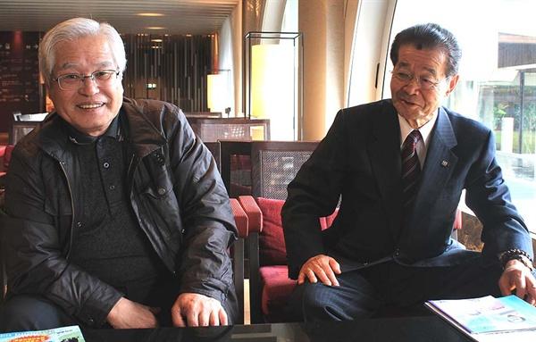 일본 고치시의 향토사학가 구몬 고씨가 안중근 의사가 뤼순에서 재판을 받을 당시 인연을 맺었던 고치 출신 인사들에 대해 설명하고 있다. 오른쪽은 역시 안중근 의사에 대한 깊은 관심을 갖고 있는 니시모리 시오조 전 고치현의회 의장.