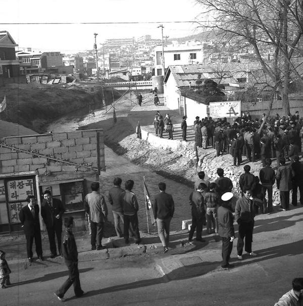 복개천으로 바뀌기 전 상도천의 모습 1966년부터 복개공사를 시작한 상도천의 옛 모습. 상도2동에서 찍은 사진이다. 지금은 구불구불한 도로로 덮여 있어 옛 모습을 떠올리기가 쉽지 않다.