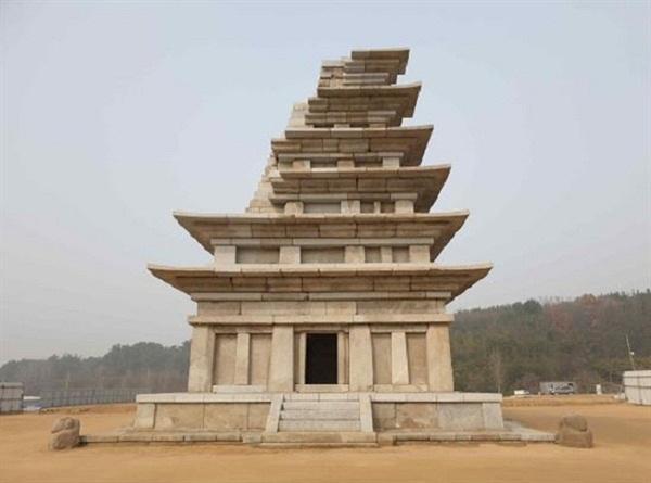 보수.복원 20년 만에 완전한 모습으로 공개되는 백제시대의 화려한 '미륵사지 석탑' 현존하는 석탑 중 가장 크고 오래된 탑이다.3월 23일 부터 일반에 공개 했다.