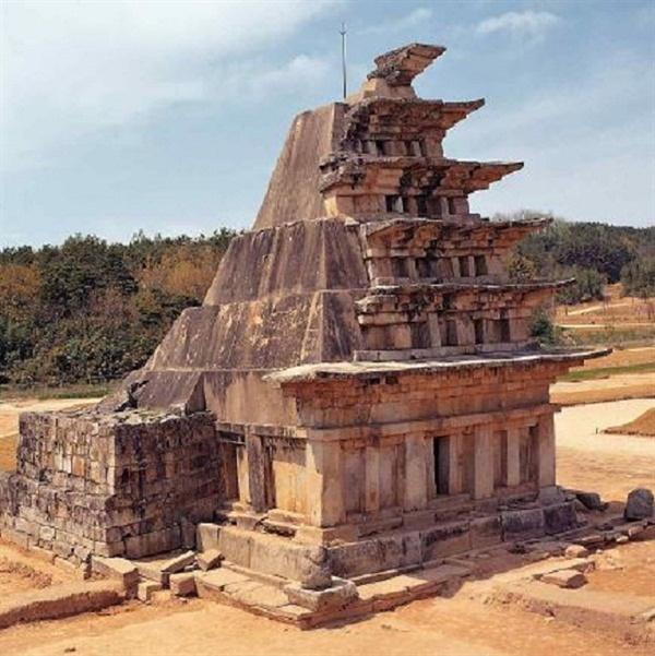 일제강점기때 콘크리트로 덧씌워진 익산 미륵사지 석탑의 모습