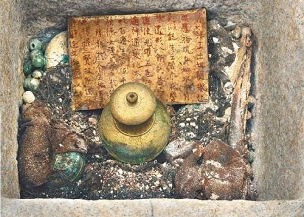 2009년 익산 미륵사지 석탑을 보수·정비하는 과정에서 발견된 '금제 사리호(金製舍利壺)'와 '금제 사리 봉안기(金製舍利奉安記)'