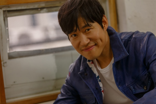 21일 KBS 2TV 드라마 <왜그래 풍상씨> 종영 인터뷰에서 유준상이 카메라를 향해 포즈를 취하고 있다.