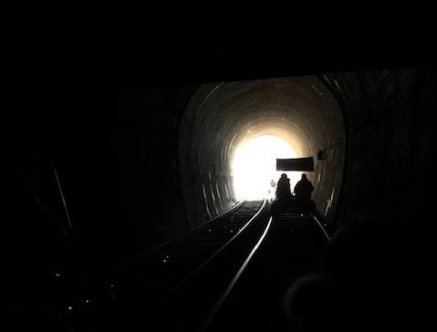 터널을 통과한다. 터널마다 테마가 있다.
